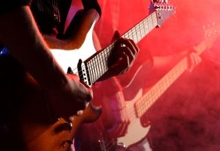 Gitaristen, denk aan je publiek bij kleinere gigs!